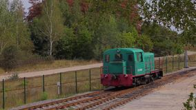 Gr?ne sich fortbewegende Fahrten durch Schiene Sich fortbewegende Standorte auf Forest Railway stock video