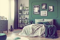 Gr?ne Wand mit Galerie des Plakats im modischen Schlafzimmer Innen mit Doppelbett stockbild