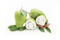 Gr?ner neuer wei?er Hintergrund der annona-muricata Frucht stockfotografie