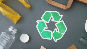 Gr?nes Recycling-Symbol mit Hausm?ll auf Grau stock footage