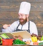 Gr?nes und gesundes Lebensmittel Vegetarischer Salat mit Frischgem?se K?che kulinarisch vitamin Gl?cklicher b?rtiger Mann chef lizenzfreie stockfotos