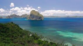 Gr Nido, Palawan, Filippijnen De luchtmening van de hommel panoramische kustlijn van Bacuit-baai met mooie kust, blauw water stock video