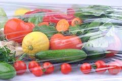Gr?nsaker p? den svarta bakgrunden Organiska foods och nya gr?nsaker Gurka k?l, peppar, sallad, morot, broccoli, lettuc arkivbild