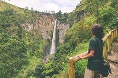 Gr?nsm?rke f?r ber?md destination f?r lopp f?r Sipiso-piso vattenfall naturlig och turist- dragning i Berastagi och sj?n Toba, Su arkivbilder