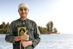 Gr?nulos mu?ulmanos religiosos do quran e do ros?rio da terra arrendada do homem fotos de stock