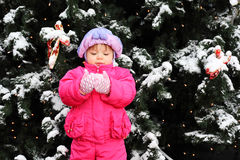 grön flicka little near le standstree arkivfoton