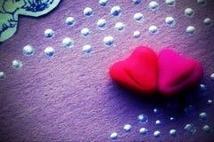Grępluje dwa tulonego do each s ` innych serc dla walentynki ` s dnia Fotografia Stock