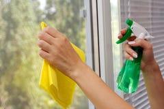 gör ren fönstret Fotografering för Bildbyråer