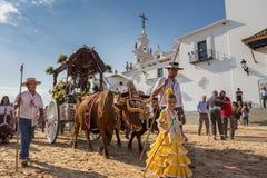 Gr ROCIO, ANDALUCIA, SPANJE - MEI 22: Romeria na het bezoeken van Heiligdom gaat naar dorp royalty-vrije stock foto's