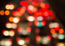 Gör suddig bokeh av trafikstockning i stad på natten Royaltyfri Fotografi