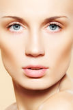 gör sund lampa för framsidakvinnlign upp ren hud Arkivfoton