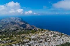 从GR 221 Tramuntana山的美好的全景,马略卡,西班牙 免版税库存照片