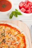 gör tunnare italiensk originell pizza för skorpan Arkivbild
