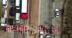 Gr?ve et protestation des personnes A bloqu? la route Foule des protestataires contrari?s bloquant la route avec des exigences au clips vidéos