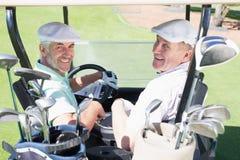 Grać w golfa przyjaciół jedzie w ich golfowy zapluskwiony ono uśmiecha się przy kamerą Obraz Stock