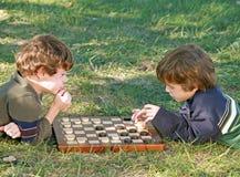 grać w warcaby chłopca Zdjęcia Stock