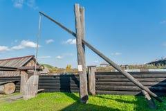 Grúa de madera vieja del agua bien en pueblo Imagen de archivo libre de regalías