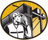 Grúa del envase del teléfono del trabajador de muelle que habla Imágenes de archivo libres de regalías