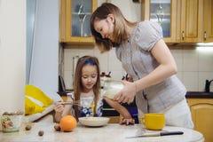 Göra den mest breakfest mamman undervisa dottern att laga mat Royaltyfri Bild