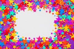 Gra główna rolę confetti na purpurowym tle, rama Obrazy Stock
