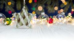 Gra główna rolę z przejrzystymi szklanymi piłkami i wakacji światłami na białym wo Zdjęcia Stock
