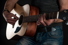 gra gitara Gitara akustyczna w rękach gitarzysta Horyzontalna rama Obraz Royalty Free