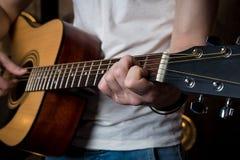 gra gitara Gitara akustyczna w rękach gitarzysta Horyzontalna rama Zdjęcie Stock
