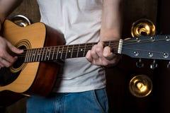 gra gitara Gitara akustyczna w rękach gitarzysta Horyzontalna rama Zdjęcie Royalty Free