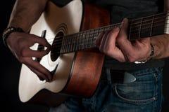 gra gitara Gitara akustyczna w rękach gitarzysta Horyzontalna rama Zdjęcia Stock
