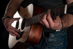 gra gitara Gitara akustyczna w rękach gitarzysta Horyzontalna rama Obraz Stock