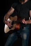 gra gitara Gitara akustyczna w rękach gitarzysty Vertical rama Obraz Stock