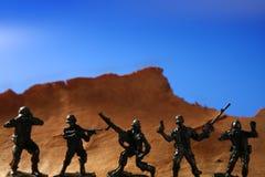 góra nad plastikową żołnierz zabawką drewnianą Zdjęcia Royalty Free