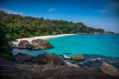 Göra perfekt den tropiska östranden och vaggar med turkoshavet på Sim Royaltyfria Foton