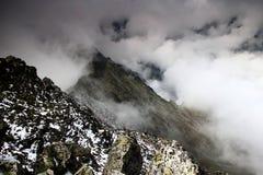 Grań Slavkovsky szczyt i Velka Studena dolina w chmurach Obrazy Stock