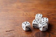 Gra szansy pojęcie Uprawiać hazard przyrząda Biali kostka do gry na nieociosanej drewnianej desce Odbitkowa przestrzeń dla teksta obrazy stock
