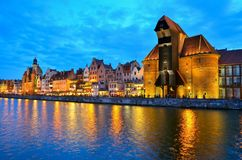 Grúa vieja del puerto en la noche Gdansk, Polonia Fotos de archivo