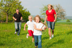 gra w piłkę rodziny bawić się obraz stock