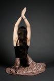 göra yoga för övningsflickahippie Royaltyfri Bild