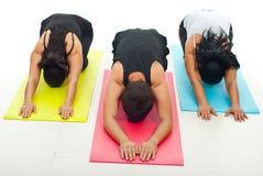 göra yoga för övningsgruppfolk Royaltyfria Foton