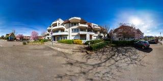 360-graad panorama van kalme plaats met moderne flat ho Stock Afbeelding