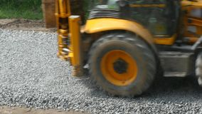 Graafwerktuig Carries Gravel In de Emmer stock video