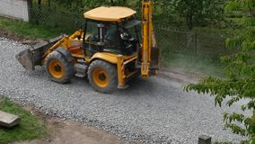 Graafwerktuig Carries Gravel In de Emmer stock videobeelden