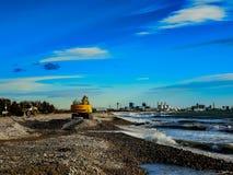 Graafwerktuig die aan een strand werken royalty-vrije stock afbeeldingen