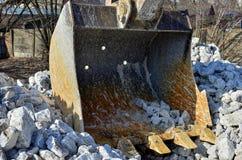Graafwerktuig graven die in een steengroeve werken Graafwerktuig Bucket royalty-vrije stock afbeeldingen