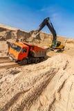 Graafwerktuig Loading Dumper Truck bij zonnige dag Royalty-vrije Stock Afbeelding