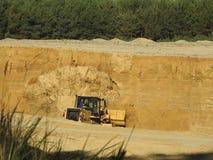 Graafwerktuig Loading Sand royalty-vrije stock afbeeldingen