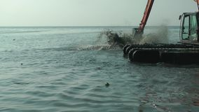 Graafwerktuig Working in Overzees Marine Debris Pollution Removal stock videobeelden