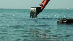 Graafwerktuig Working in Overzees Marine Debris Pollution Removal stock video