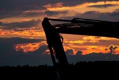 Graafwerktuig in zonsondergang royalty-vrije stock afbeelding