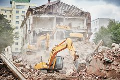Graafwerktuigcrasher machine bij vernieling op bouwwerf stock foto
